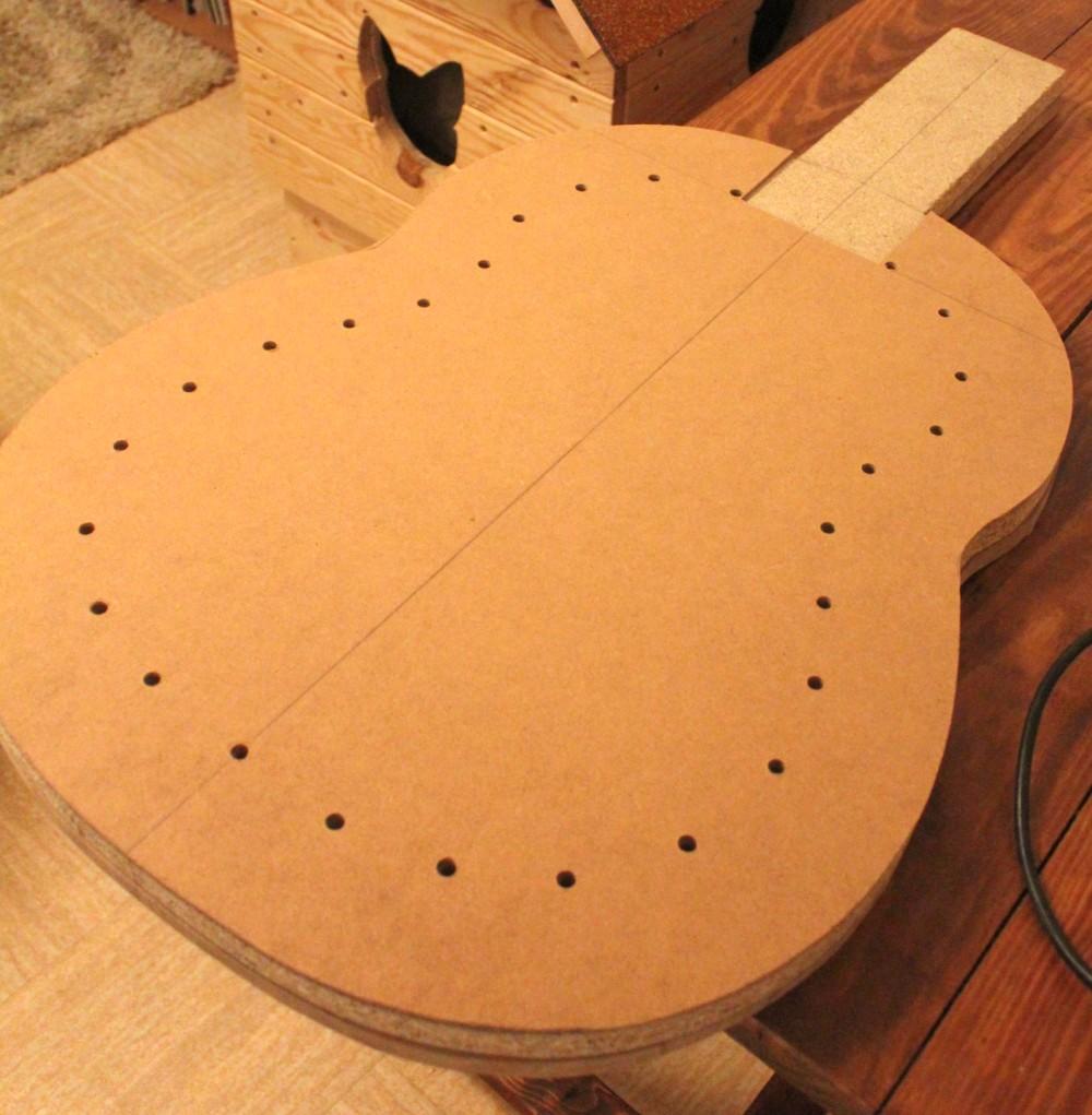 Découpe forme extérieur et perçage régulier sur le pourtour de la forme de la guitare