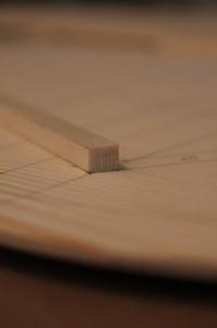 une barre de l'éventail, fil perpendiculaire à la table d'harmonie