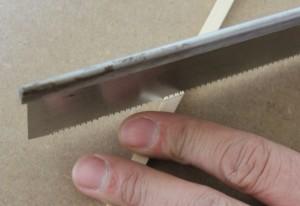 Découpage des barres en éventail avec une scie japonaise