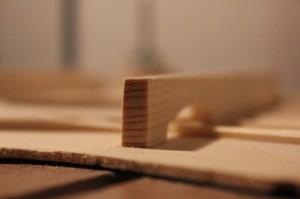 Barre harmonique basse : sens du fil parallèle à la table