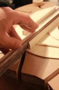 Profilage des barres harmoniques : finition à la cale à poncer