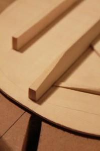 Profilage des barres harmoniques : afinage aux extrémités avec un rabot noisette ou un ciseau