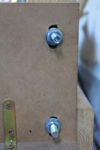 Lumières aux points de fixation du support moteur de la calibreuse