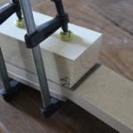 Utilisation d'un bloc coupé au bon ange pour guider la scie