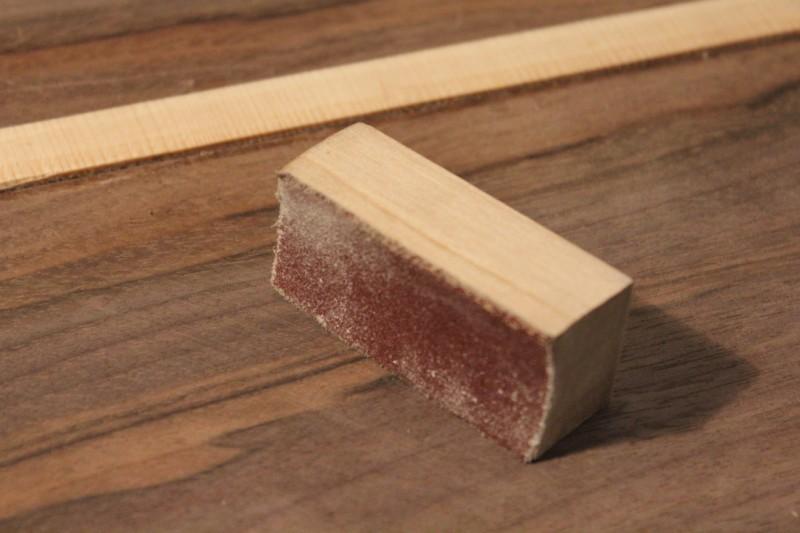Finition du couvre joint avec une cale à poncer incurvée
