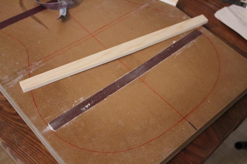 fixation de la toile abrasive sur le moule