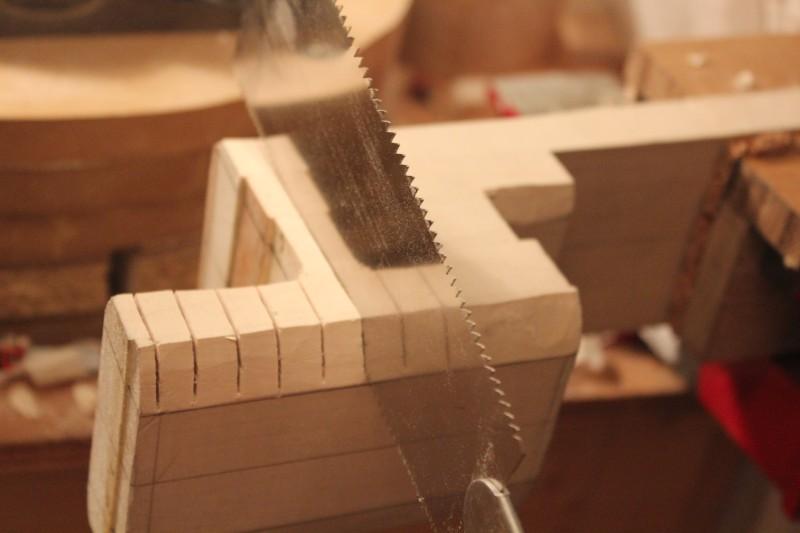 Découpe de lignes parallèles à la scie