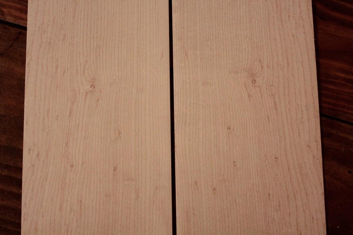 Appairage des éclisses, au centre, là ou le fil est le plus serré, seront les chants des éclisses collés côté table.