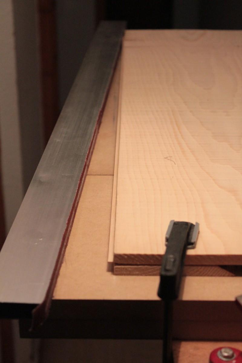 Préparation du chant coté table - utilisation d'une règle munie de toile abrasive