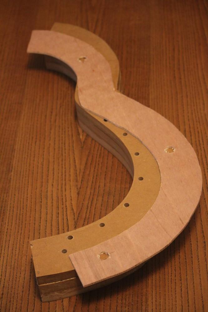 Cale en contreplaqué de 5mm pour laisser passer l'excédent de table d'harmonie sous les supports d'éclisses