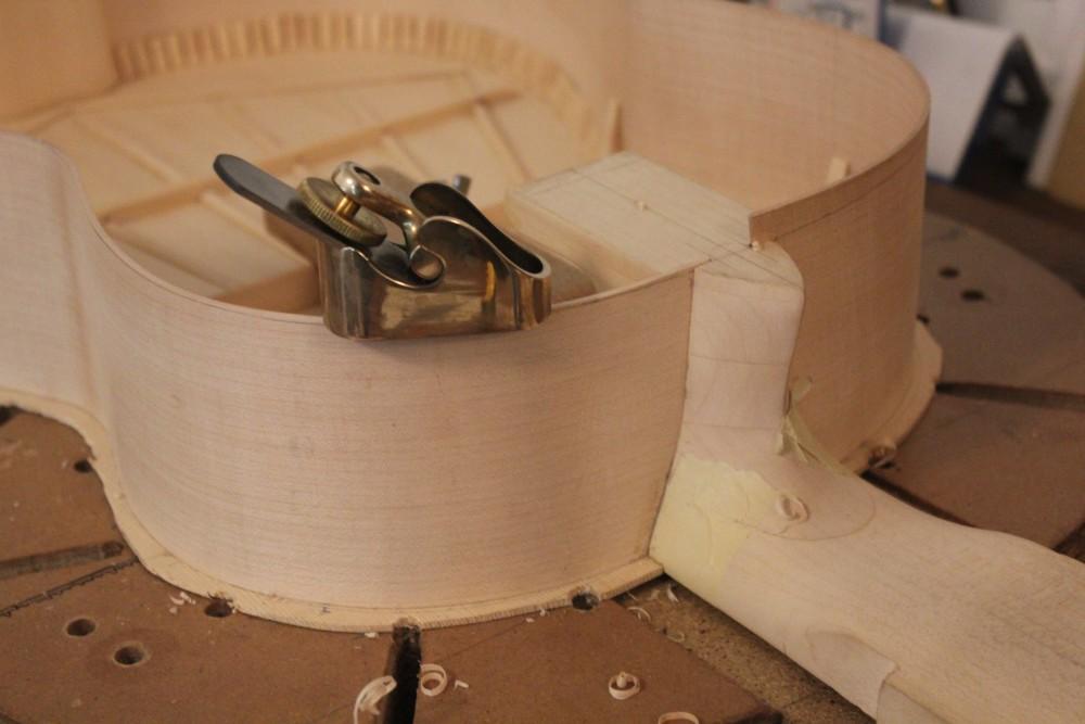 Amenuisement de la hauteur des éclisses de la taille vers le talon