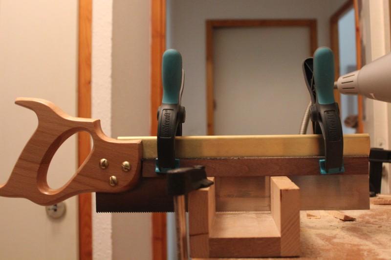 Sciage des contre-éclisses : préparation de la scie avec une cale aux dimensions calculées pour ne pas couper complètement la contre-éclisse et laisser 0.5mm de marhe.