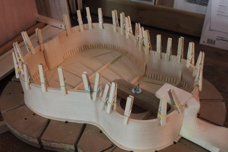 Contre-éclisses maintenues en place par des pinces pour le séchage