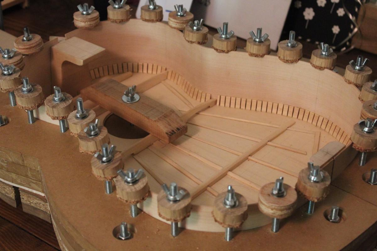 Les presses à tabler maitiennent les éclisses en contact avec la table pendant tout le processus