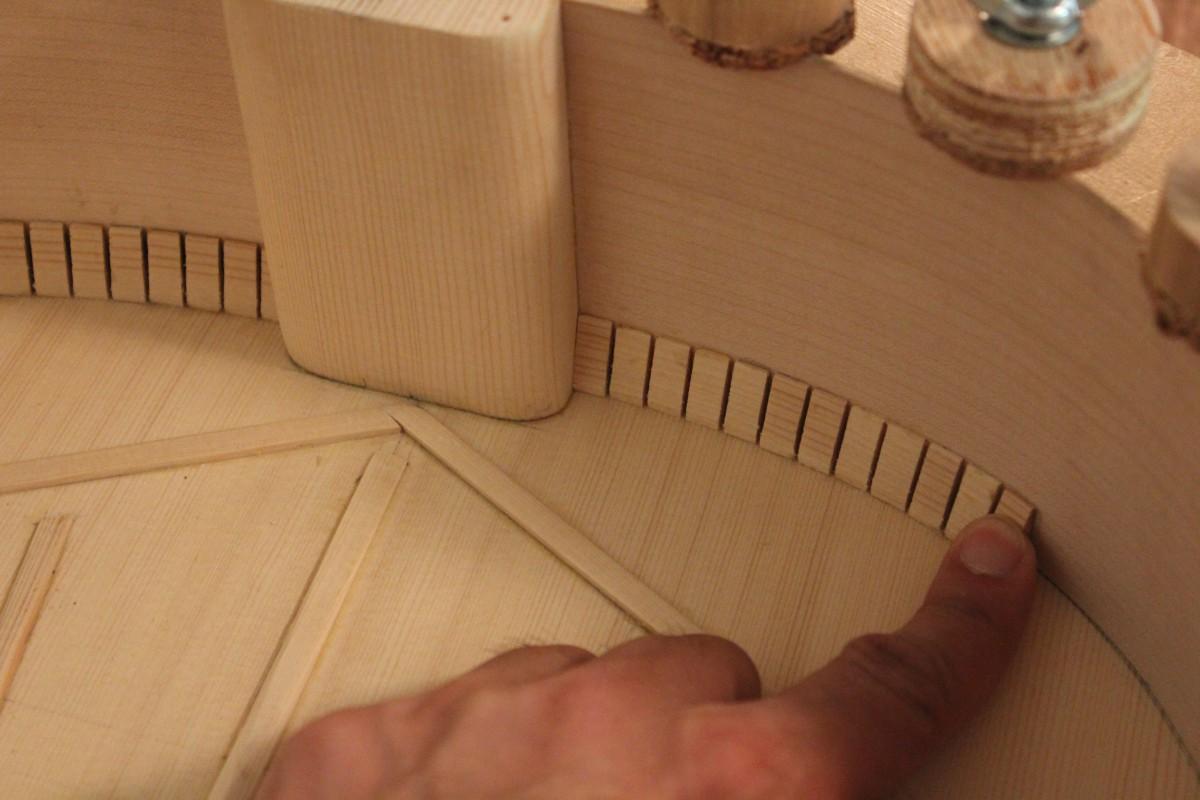 pression avec le doigt pendant une minute au moment du collage d'un taquet