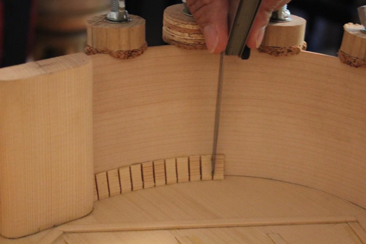 utilisation d'une jauge d'épaisseur pour espacer régulièrement les taquets