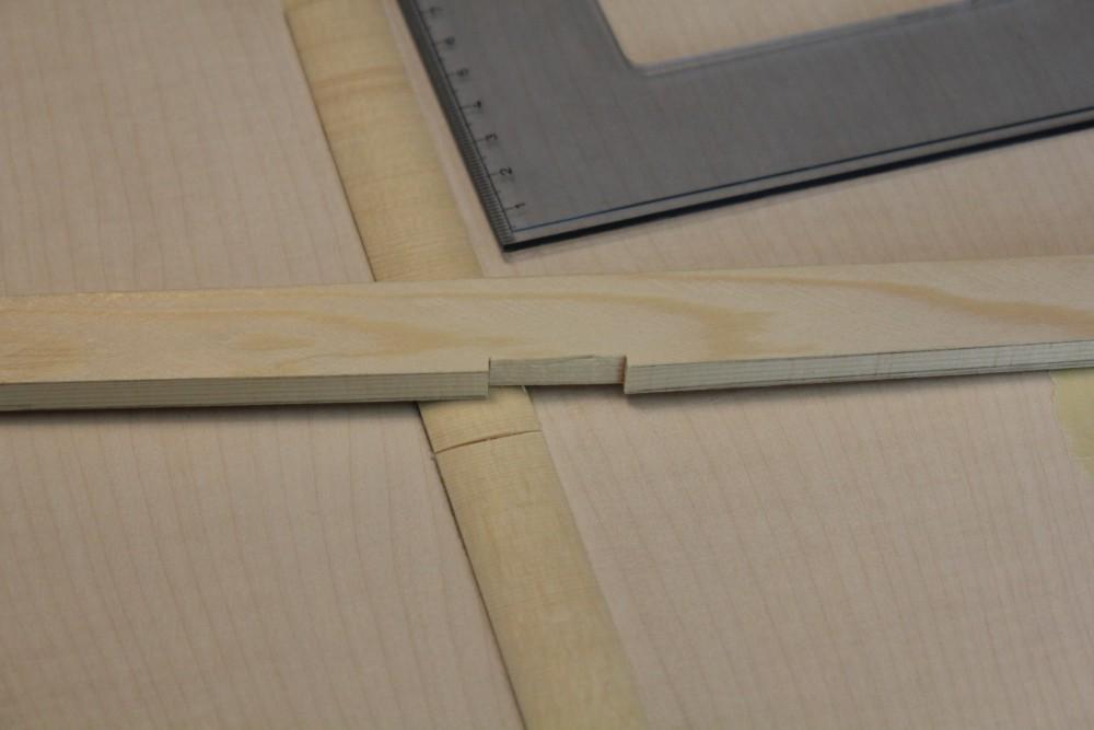 barre de même section que les barres du fond utilisée pour guider la scie