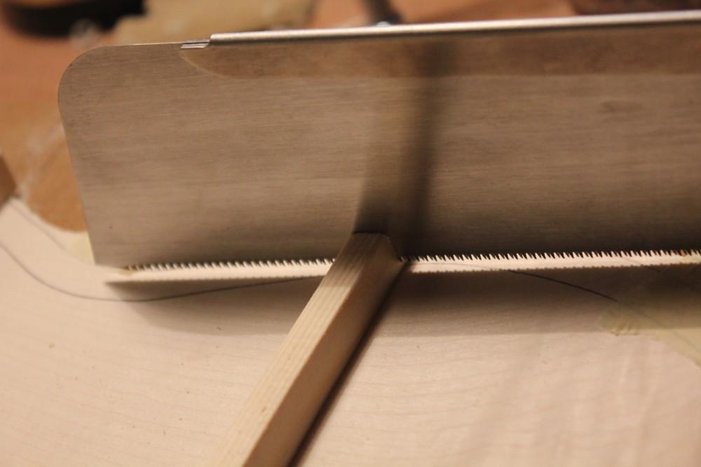 Découpe des barres selon le profil des éclisses, 2mm en retrait du trait.