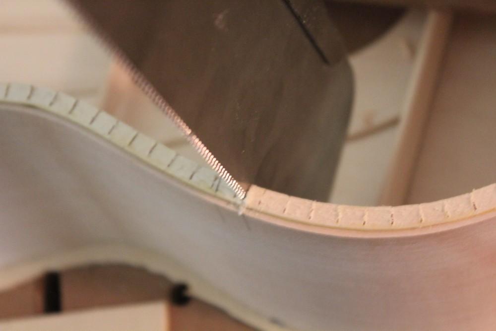 Découpe d'une partie de contre-éclisse au passage des barres avec une scie