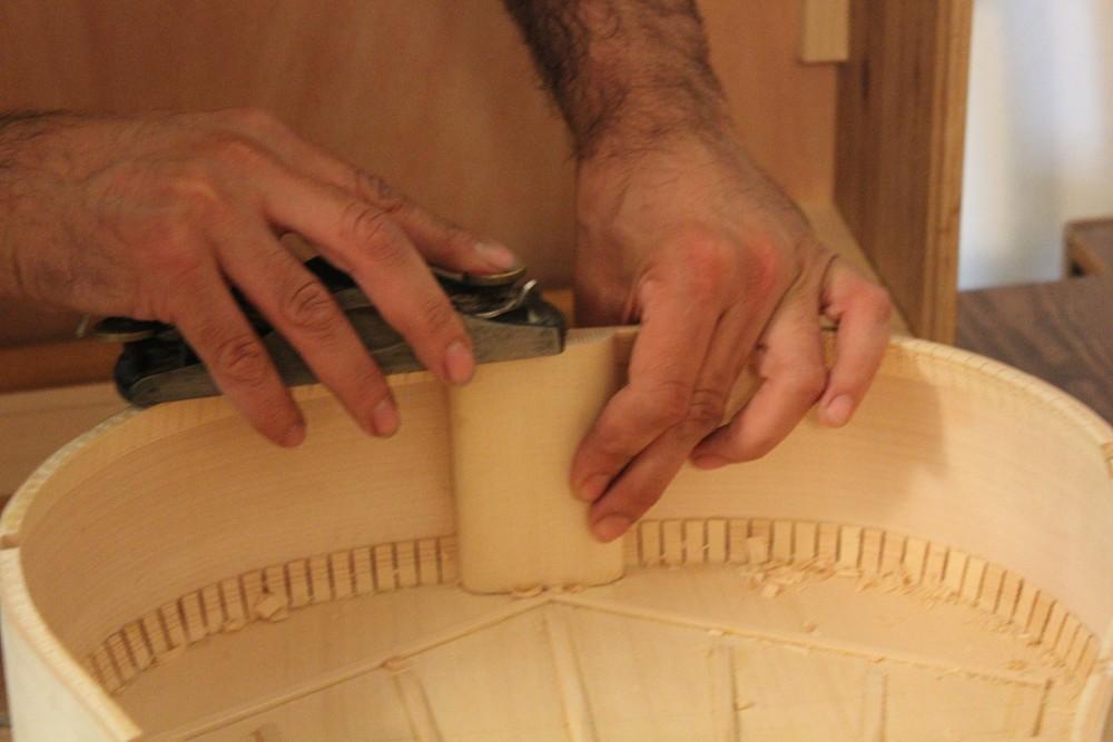 Rabotage du tasseau arrière au niveau des éclisses, en le faisant remonter légèrement vers l'intérieur de la guitare selon la courbure du fond.