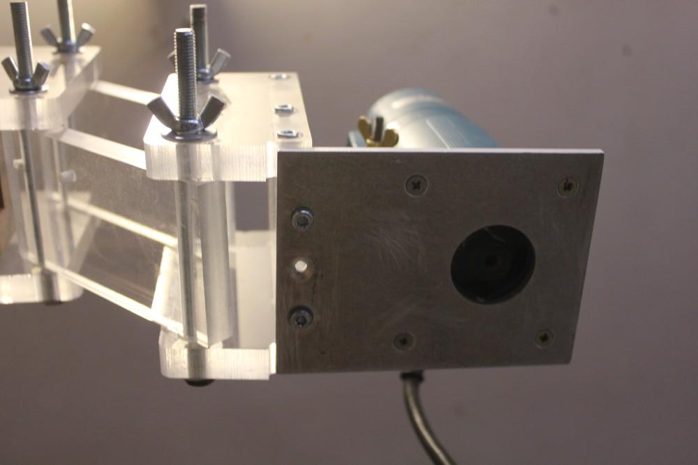 Fixation sur la base tournante de la machine : plaque de 5mm d'épaisseur