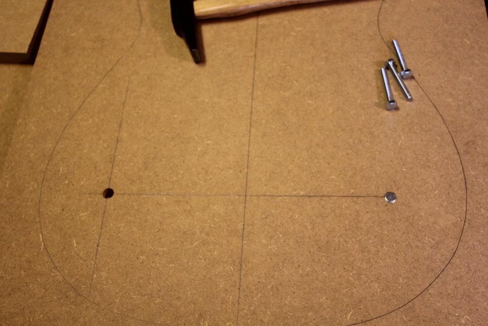blocage d'un boulon : isertion au marteau en tapans sur une cale plate
