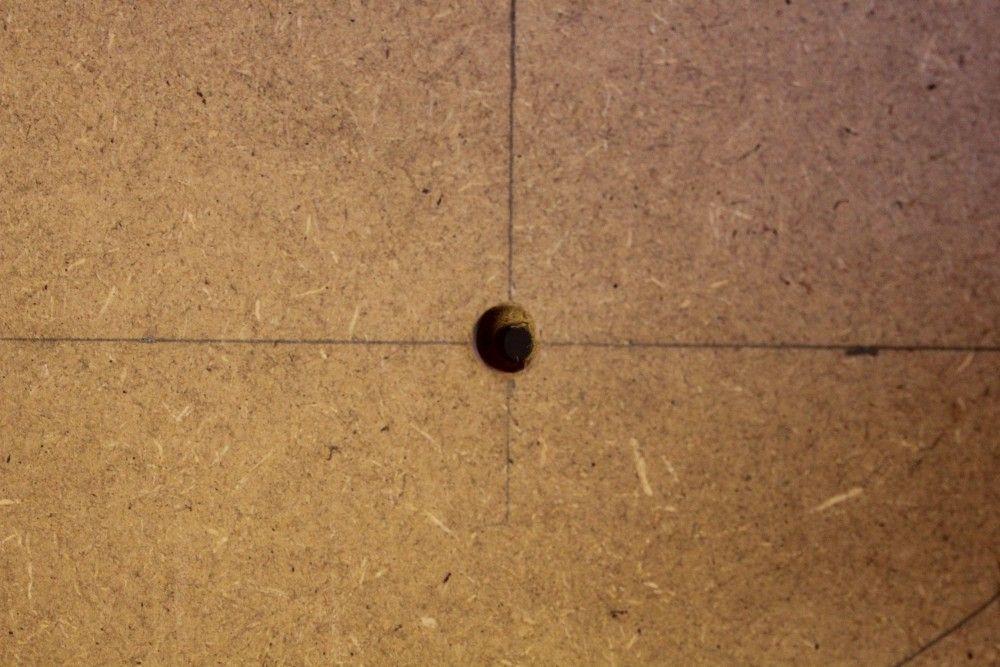 trou de fixation de blocs (vue de dessous du panneau)