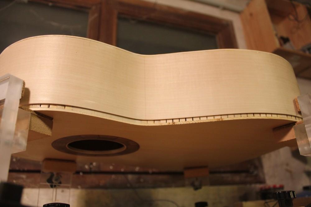 La guitare est retournée pour s'attaquer au fond