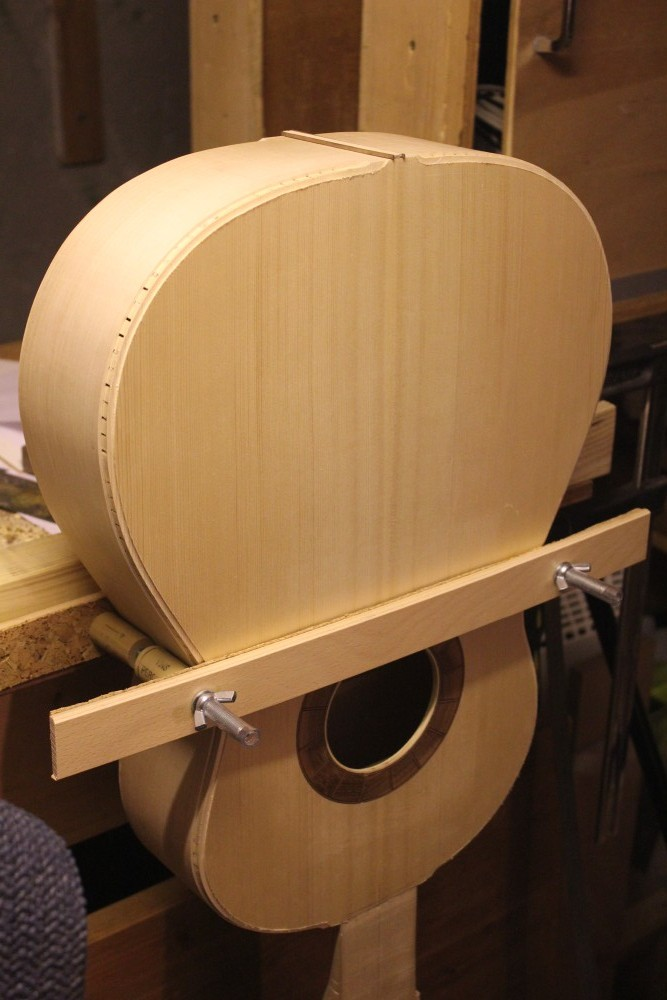 Support permettant de maintenir la guitare vertiale
