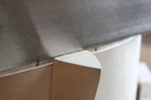 Prolongement de la feuillure : utilisation d'une scie pour dégager la partie centrale au ciseau par la suite