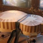 Collage des filets d'éclisses côté fond : ajout d'une chambre à air autour de la taille de la guitare