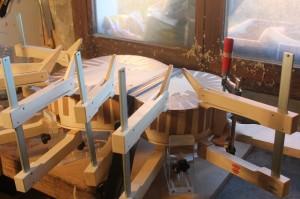 Collage des filets d'éclisses côté fond : ajout de presses à came en bois pour bien plaquer les filets vers le bas