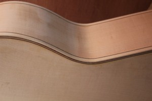 Les filets en place sur la guitare, une vue des éclisses