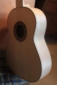 Les filets en place sur la guitare, côté table