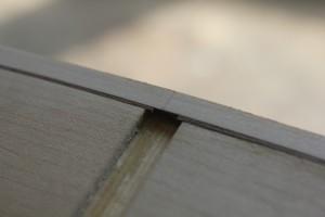 Incrustation du placage au niveau de la jonction des éclisses au tasseau arrière :  suppression du bois superflu au ciseau