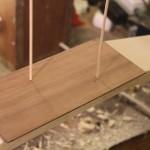 Insertion des baguettes pour immobiliser le placage