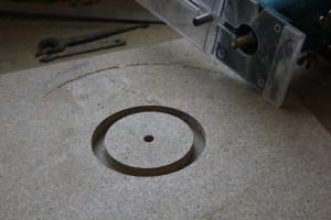 Découpe du disque qui permettra le poncage de la découpe encore grossière de la forme de l'ouverture sur la touche