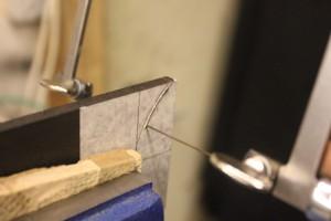 Découpe du passage de l'ouverture sur la touche avec une scie bocfil