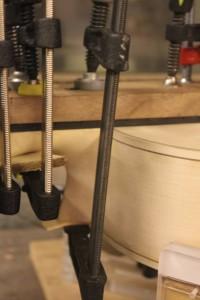 Serre-joint positionné sur la pointe du talon