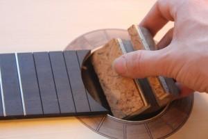 Utilisation d'une cale dans la bouche de l'instrument pour les frettes de 14 à19
