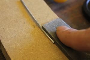 Limage des crampons des pieds de frettes pour qu'elles entrent plus facilement (à partir de la frette 14)