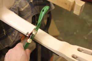 Utilisation d'une wastringue pour dégrossir : l'outil se tient à deux mains mais il fallait prendre la photo...