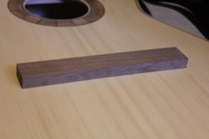 Vérification de la conformité du profil du dessous du chevalet avec la table d'harmonie