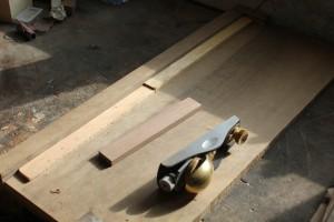 Disposition de cales sur une planche à recaler pour raboter le chevalet