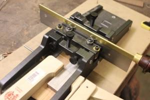 Utlisation de la boite à onglet LMI pour délimiter la largeur du sillet et du cordier et permettre la découpe au ciseau d'encoches pour le dégagement de la défonceuse