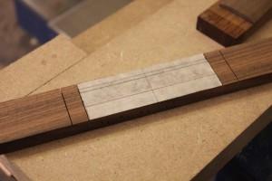Les traits de scie terminés : 4mm de matière sont laissés non sciés, correspondant à l'épaisseur des ailes du chevalet