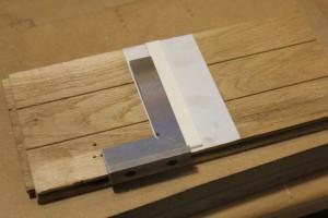 Collage du sillet sur du double face bien d'équerre avec son support qui sera inséré dans la boite à onglet
