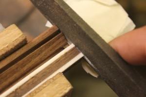arasement des incrustations avec les côtés du cordier