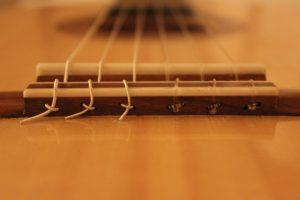Chevalet 12 trous : si les cordes glissent au moment de la mise sous tension, elles frappent le sillet plutôt que la table d'harmonie