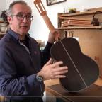 Pablo Requena expliquant sa méthode pour le vernis au tampon.